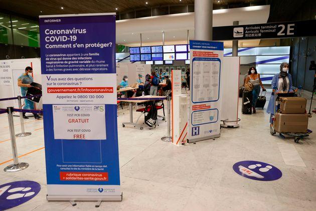 Une zone de test dans le hall de l'aéroport Roissy-Charles de Gaulle en juillet 2020 (Photo by...
