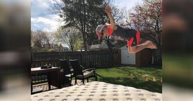 Un vieux matelas est devenu un trampoline dans le jardin, et il a été utilisé pendant des dizaines et des dizaines d'heures.