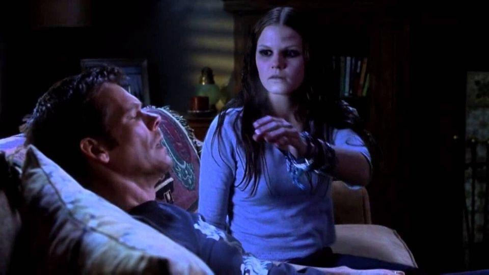 Tim (Kevin Bacon) se encontra com Samantha (Jennifer Morrison), um fantasminha nada