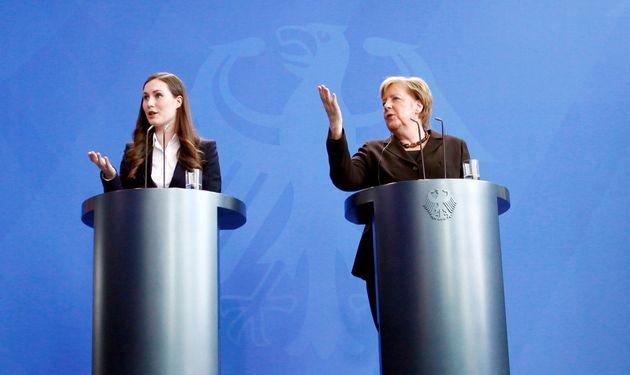 ドイツ・ベルリンで行われた記者会見でのサンナ・マリン首相(左)とドイツのアンゲラ・メルケル首相=2020年2月