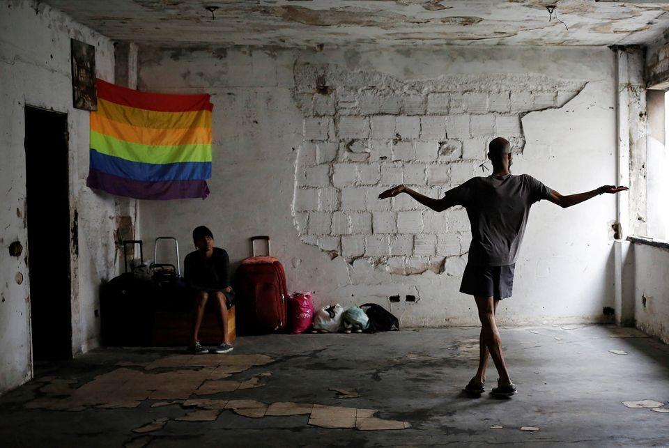 Os dados oficiais mostram que, entre homens gays e bissexuais a prevalência de HIV subiu de 12%...