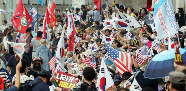 보수단체 회원들이 15일 서울 광화문 광장 일대에서 집회를 하고 있다.