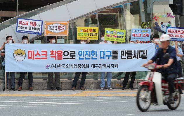 9월 14일 대구 중구 대구도시철도 중앙로역 지상 중앙네거리에서 한국외식업중앙회 대구지회 회원들이 '마스크 쓰Go 운동' 캠페인을 펼치는 가운데 마스크를 쓰지 않은 오토바이 운전자가...