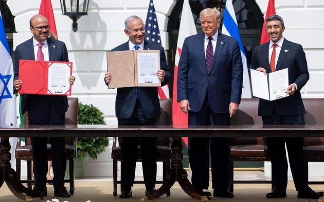 ホワイトハウスで、国交正常化合意文書への署名を終えたバーレーンのザイヤーニ外相(左)、イスラエルのネタニヤフ首相(左から2人目)、アラブ首長国連邦(UAE)のアブドラ外相(右)の間に立つトランプ大統領(アメリカ・ワシントン)