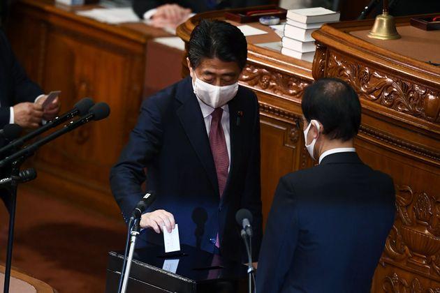 16일 아베 신조 전 일본 총리가 차기 총리 선거 투표를 하는