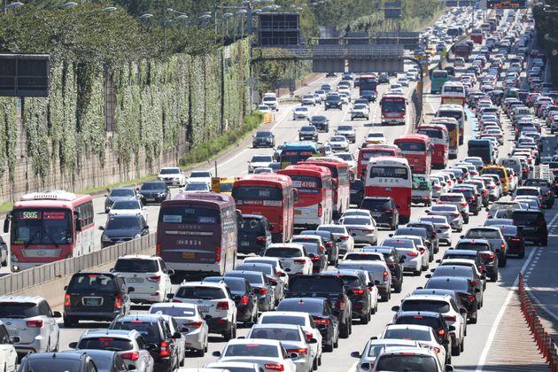 명절 기간 무료였던 고속도로 통행료가 이번 추석 연휴에는 유료로