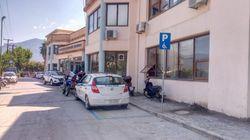 Ο Ελληνάρας αστυνομικός παρκάρει σε θέση ΑΜΕΑ επειδή