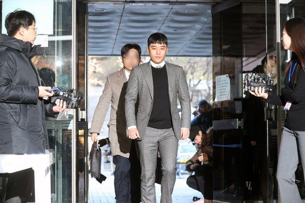 가수 승리(본명 이승현·30)가 1월 13일 오전 서울 서초구 서울중앙지방법원에서 열린 구속 전 피의자심문(영장실질심사)에 출석하고
