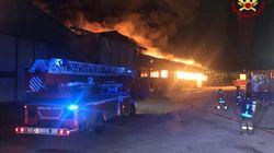 Grande incendio al porto di Ancona. Il Comune chiude scuole e parchi