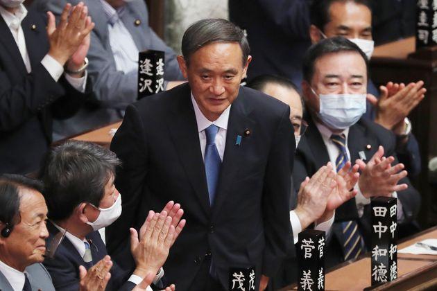 Yoshihide Suga, aplaudido en el Parlamento nipón tras ser elegido como primer ministro (AP Photo/Koji