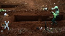 Chi rifiuta di indossare la mascherina scaverà tombe per le vittime del Covid in Giava
