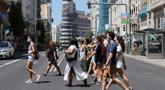 Ciudadanos caminan por Madrid con