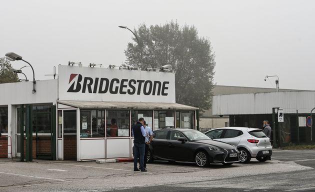 L'entrée de l'usine Bridgestone de Béthune, menacée de fermerture, ce mercredi 16 septembre. (Photo DENIS...