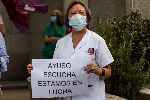 Una sanitaria protesta a las puestas del Hospital Clínico San Carlos contra la gestión...
