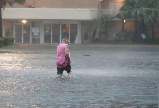 Un stationnement sur la côte de l'Alabama était déjà inondé mardi