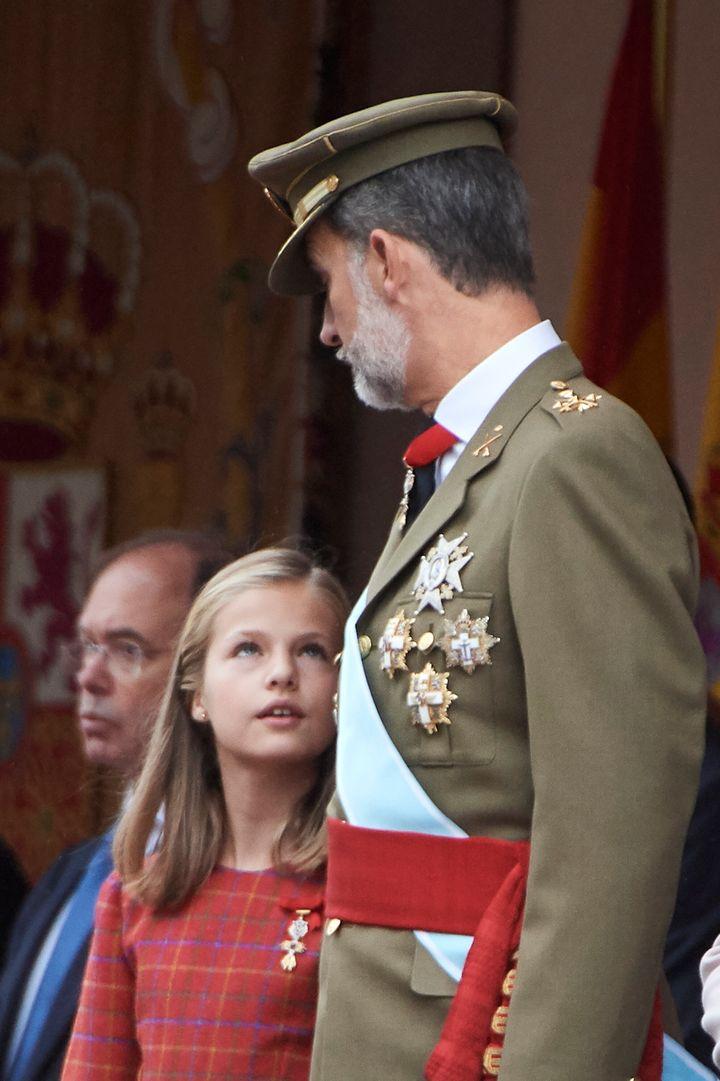 La princesa Leonor junto a su padre en el Desfile de las Fuerzas Armadas, en 2018.