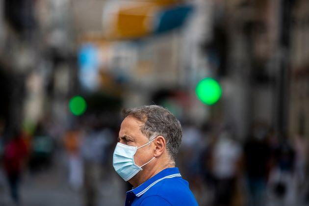 Un hombre con mascarilla pasea por el centro de Madrid el 16 de septiembre de 2020 (AP Photo/Manu