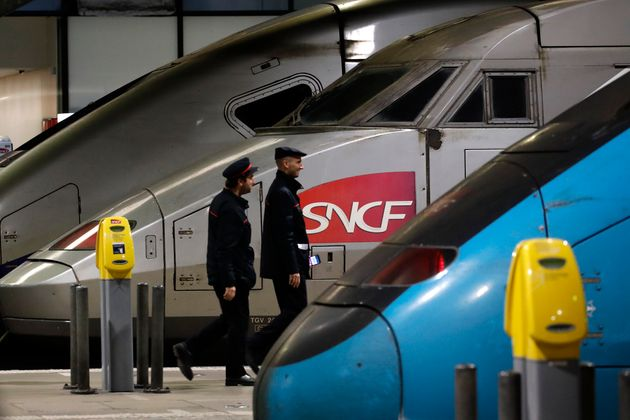 Un train SNCF pendant les grèves de décembre 2019 à Paris. (AP Photo/Christophe