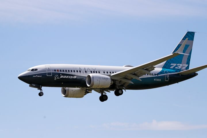 Fotografía de archivo del 29 de junio de 2020 de un avión Boeing 737 MAX antes de aterrizar en el Campo Boeing luego de un vu