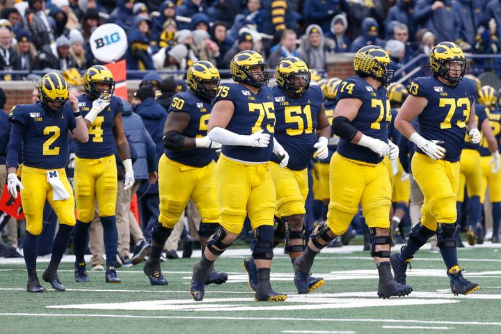 Michigan sale al campo contra su rival Ohio State en un juego Big Ten de 2019.