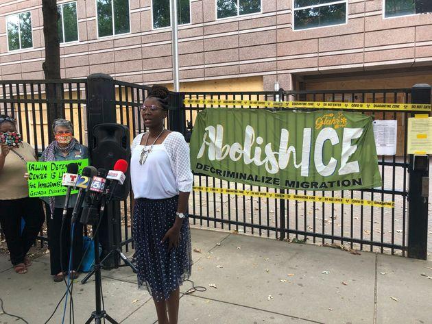 A enfermeira Dawn Wooten, em frente ao Centro de Detenção do Condado de