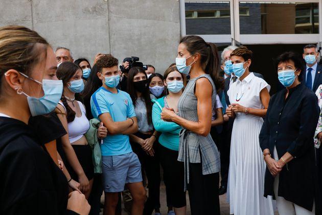 Letizia junto a unos jóvenes en un acto en un colegio de