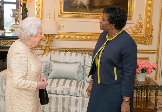 La Reine Elizabeth et Sandra Mason, gourverneure-générale de la Barbade, lors d'une rencontre...