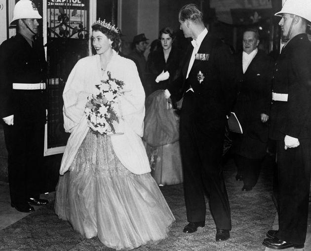 La princesse Élisabeth et le duc d'Édimbourg à leur arrivée à un banquet...