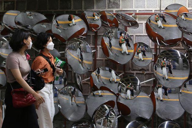 8월 31일 마스크를 착용한 시민들이 서울 지하철 역내를 걷고