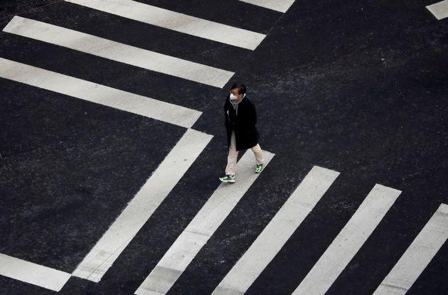 (자료사진) 마스크 낀 남성이 횡단보도를 건너고 있는 모습.