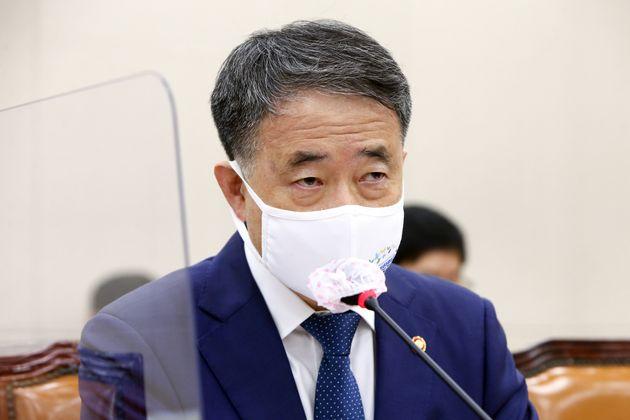 박능후 보건복지부 장관이 17일 오전 서울 여의도 국회에서 열린 보건복지위원회 전체회의에서 의원들의 질의에 답하고 있다.