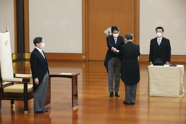 任命式で菅義偉首相に官記を授ける安倍晋三前首相(右から3人目)=2020年9月16日午後6時16分、皇居・宮殿「松の間」、代表撮影