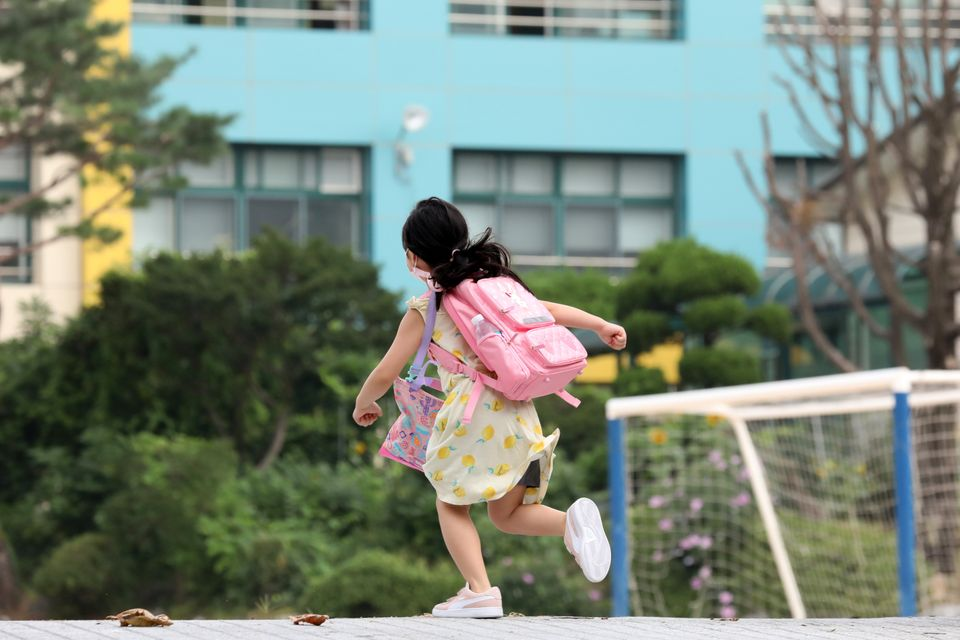 8월 18일 오전 경기도 수원시내 한 초등학교에서 어린이가 등교하고