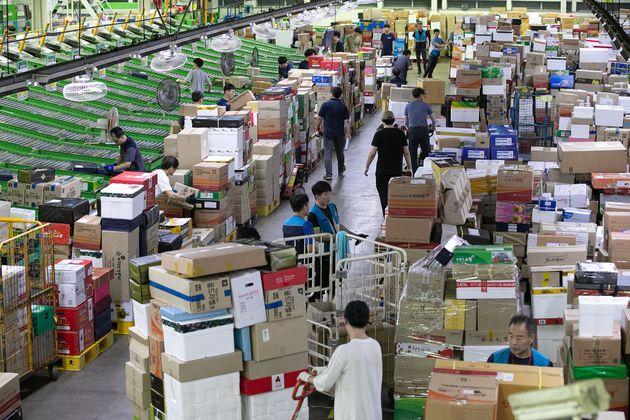 2019년 9월 3일 서울 광진구 동서울우편물류센터에서 직원들이 명절선물 및 택배물품들을 분류하고