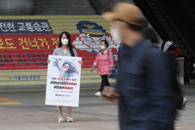 이설아 세계시민선언 공동대표가 17일 오후 서울 용산역 앞에서 영화 '뮬란' 보이콧 1인 시위를 하고 있다.