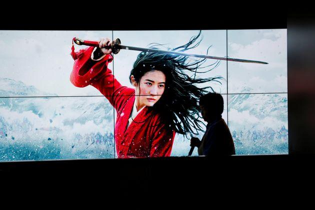 자료사진. 9월 중국의 한 극장가에 걸린 '뮬란' 홍보