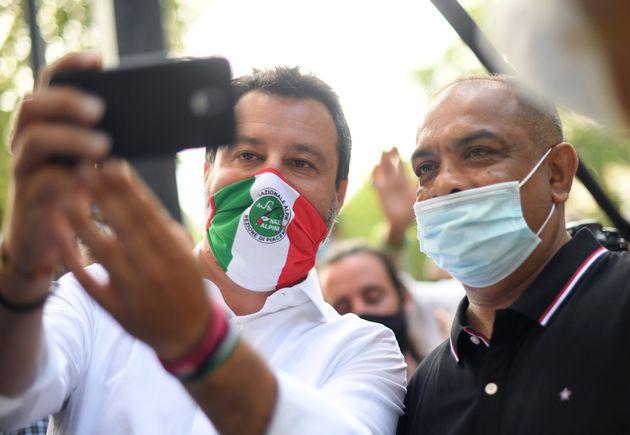 Troppi selfie per Salvini. Il leader della Lega ha la spalla indolenzita:
