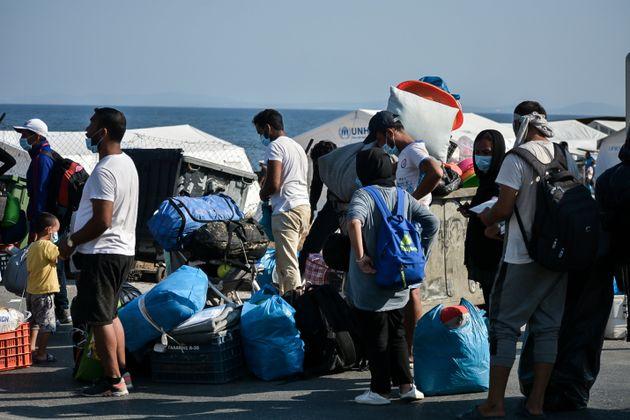 Εικόνες από την αστυνομική επιχείρηση μετακίνησης προσφύγων και μεταναστών στο Καρά