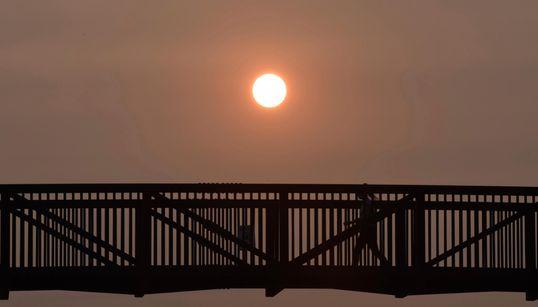 Οι φωτιές και ο καπνός στις ΗΠΑ ανέδειξαν το ηλιοβασίλεμα – Εντυπωσιακές
