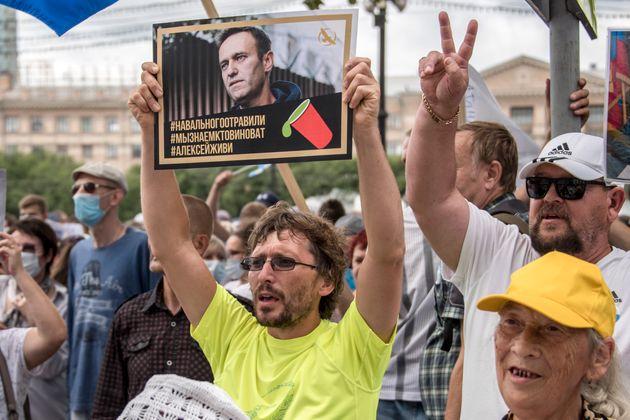 Des soutiens de l'opposant Alexei Navalny manifestent en scandant