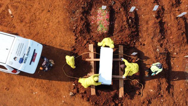 Ινδονησία: Οποιος εντοπίζεται χωρίς μάσκα, σκάβει τάφους για θύματα του