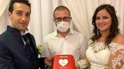 Niente bomboniere, ma un defibrillatore alla Croce Blu: la scelta di due sposi di