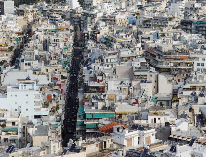 Η σύγχρονη Αθήνα κι η πολυκατοικία της