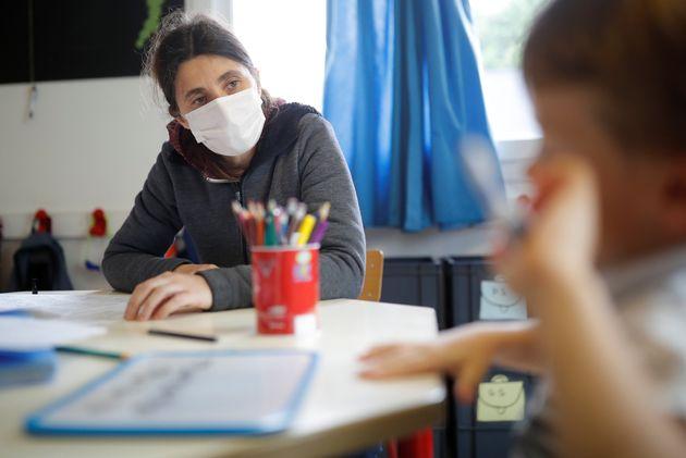 Une institutrice fait classe à des enfants de soignants dans une école de Saint-Sébastien-sur-Loire...
