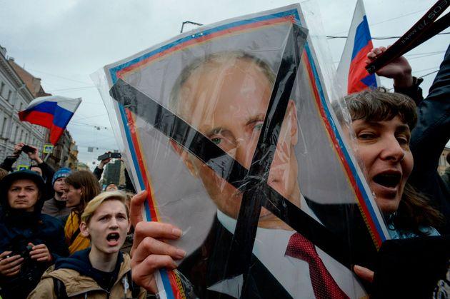 Des manifestants de l'opposition assistent à un rassemblement anti-Poutine non autorisé...