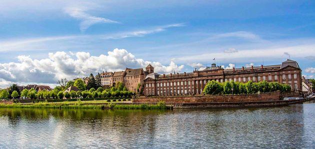 La façade néoclassique du château des Rohan à