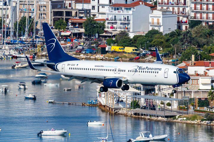 Προσγείωση αεροσκάφους στο αεροδρόμιο της Σκιάθου Αλέξανδρος Παπαδιαμάντης.