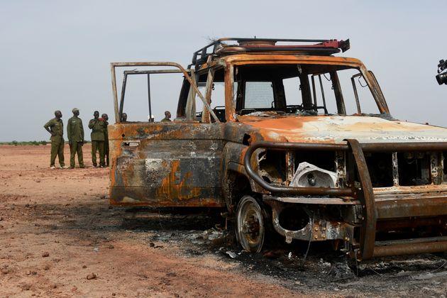 La carcasse de la voiture du groupe humanitaire français Acted le 21 août 2020, dans laquelle...