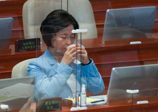 추미애 법무부 장관이 17일 오후 서울 여의도 국회 본회의장에서 열린 교육·사회·문화 분야 대정부질문에서 목을 축이고 있다.