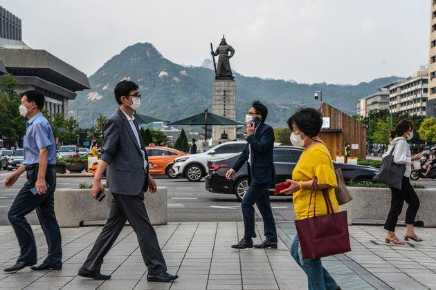 Les piétons portant des masques sont monnaie courante en Corée du
